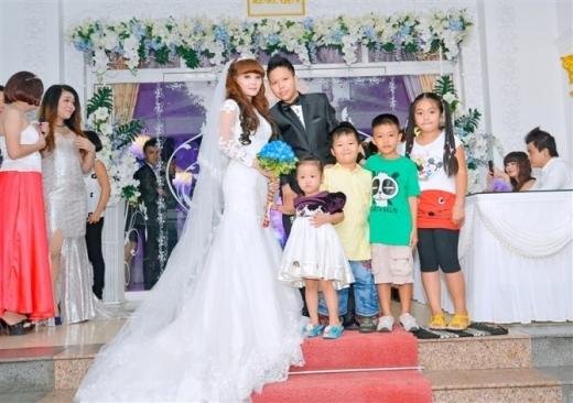 Câu chuyện đám cưới của cặp đôi đồng tính nữ Trà Vinh, Tôn Nữ và Bi Nguyễn cũng từng khiến rất nhiều bạn trẻ quan tâm. Dù chịu nhiều sức ép và cấm cản từ gia đình nhưng hai bạn trẻ vẫn quyết định đến với nhau bằng tất cả tình yêu chân thành của cả hai.