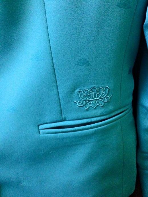 Phần túi của áo khoác cũng được thêu họa tiết hoa sen nổi cầu kỳ.