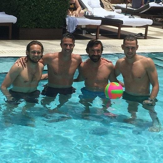 """Ba cầu thủ Hà Lan gồm Daley Blind, Robin van Persie và Stefan de Vrij cùng nhau đi nghỉ tại Mỹ tuần này. Họ bất ngờ hội ngộ với Andrea Pirlo, tiền vệ nhạc trưởng của Juventus. Pirlo vừa di chuyển từ New York tới Miami. """"Vui cùng những người bạn và nhạc trưởng Pirlo,"""" Van Persie chia sẻ trên Twitter."""