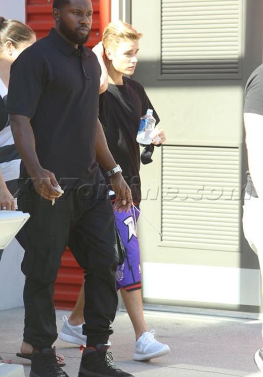 Ngay cả lúc di chuyển trên đường, chiếc quần bên ngoài dường như muốn rơi khỏi cơ thể của Justin. Thêm một lần nữa, Justin Beiber lại làm xấu cho mốt quần tụt và làm xấu cho chính mình.