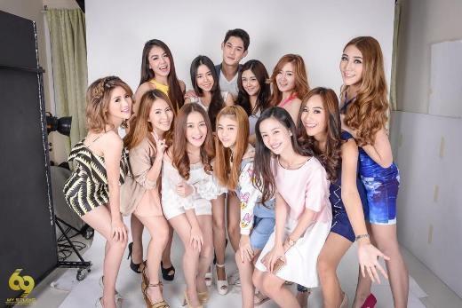 Jun Vũ chụp hình cùng các người mẫu của Thái Lan.