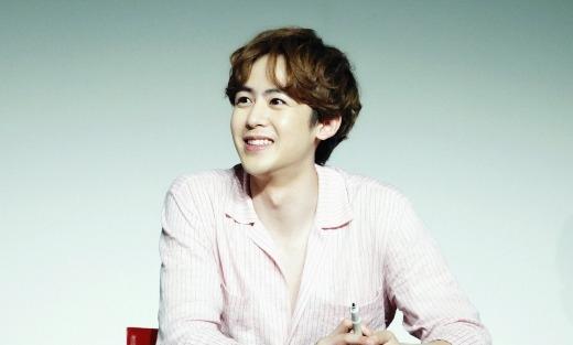 """Từ những ngày đầu ra mắt, """"hoàng tử Thái"""" Nichkhun đã thu hút sự chú ý của cộng đồng fan Kpop nhờ gương mặt điển trai, """"búng ra sữa"""". Sau nhiều năm """"lăn lộn"""" trong nghề và bước sang tuổi 27 nhưng thành viên 2PM vẫn trẻ trung như ngày nào."""