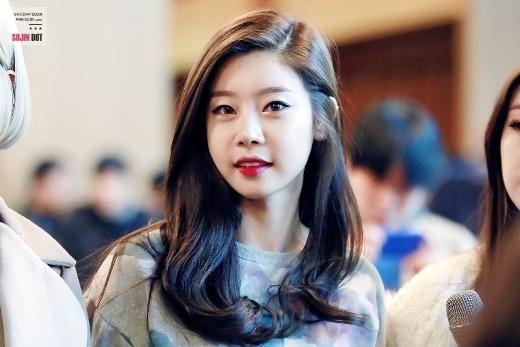 """""""Sinh sau đẻ muộn"""" cùng Girl's Day và sở hữu vẻ ngoài """"măng non"""", Sojin khiến nhiều người hoang mang khi phát hiện ra số tuổi ngấp nghé ngưỡng 30 của cô."""