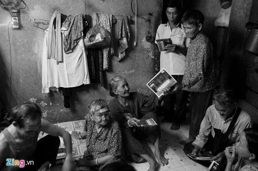 Căn nhà nhỏ nằm sâu trong con hẻm trên đường Nguyễn Văn Cừ (phườngCầu Kho, quận 1, TP HCM) lànơi gần 30 cụ già và những người đồng hươngbán vé số quê Phú Yên trú ngụ bao năm qua. Trong căn nhà này có nhiều cụ không người thân phải lang thang từ miền Trung vào đây mưu sinh và rủ nhau cùng sống chung để giúp đỡ, đùm bọc lẫn nhau. Ảnh: Zing