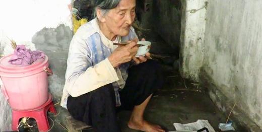 Mới đây trên các trang mạng xã hội liên tục chia sẻ về hình ảnh của một bà cụ ở Thái Bình hàng ngày đi bán rau kiếm sống. Xót xa hơn khi mọi người biết bà cụ này mỗi ngày chỉ kiếm được 10.000 đồng từ việc bán rau.
