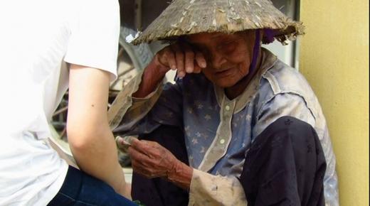 Khi được một nam thanh niên đến mua rau và biết hoàn cảnh của cụ, nên đã mua 3 bó rau với giá 200.000 đồng, bà cụ đã bật khóc nức nở.