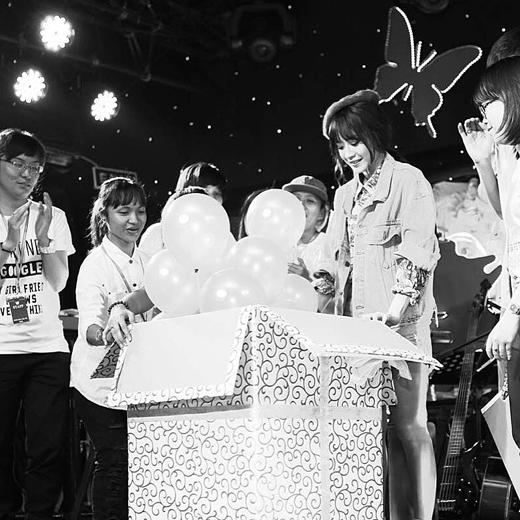 Với món quà 'to sụ' mà Chi Pu nhận được trong buổi offline của mình đã khiến cô nàng cảm thấy cực kì hạnh phúc và thậm chí là còn mất ngủ nữa. Cô nàng tỏ ra rất biết ơn và trân trọng tình cảm của các fans dành cho mình trong suốt thời gian vừa qua.