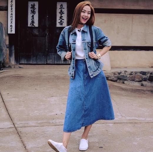 Minh Hằng đã có dịp vô tư thả dáng tại Hàn Quốc trong quá trình ghi hình cho chương trình Chị ơi! Đi Hàn Quốc sẽ được lên sóng vào tháng 8 năm nay. Có thể thấy trong hình, cô nàng rất vui vẻ và thoải mái khi thực hiện chương trình này.