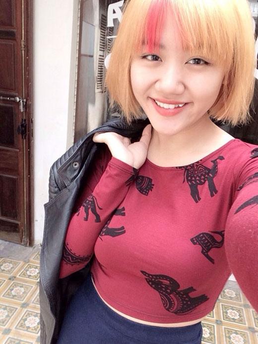 Thời kì 'thảm họa' thời trang của Văn Mai Hương với mái tóc cắt ngắn và được nhuộm vàng, sau đó kéo highlight hồng.
