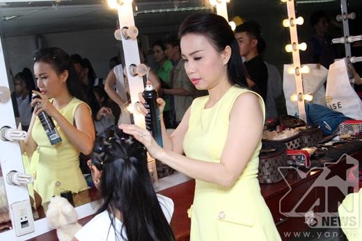 Cẩm Ly chu đáo chỉnh sửa tóc cho con gái trước khi lên sân khấu - Tin sao Viet - Tin tuc sao Viet - Scandal sao Viet - Tin tuc cua Sao - Tin cua Sao