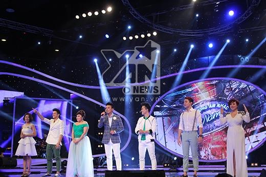 Mở màn chương trình, top 6 đã có sự xuất hiện khá ấn tượng và đáng yêu khi khom lưng 'núp' phía sau MC Duy Hải rồi xuất hiện lần lượt trong sự chào đón nồng nhiệt của các fans.