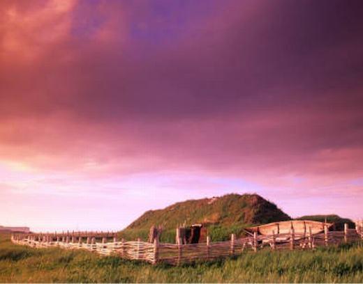 Trước đây, người ta cho rằng Christopher Columbus cùng các thủy thủ là những người đầu tiên khám phá ra Bắc Mỹ. Nhưng với di chỉ khảo cổ L'Anse aux Meadows có niên đại khoảng 1000 năm tuổi ở Newfoundland, Canada này, các nhà khoa học có cơ sở để chứng minh rằng người Viking mới là những người làm điều đó.