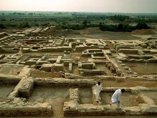 Mohenjo-daro được phát hiện ở Sindh, Pakistan. Đây là một trong những khu đô thị đầu tiên xuất hiện trong lịch sử nhân loại. Các nhà khoa học đã rất ngạc nhiên trước trình độ quy hoạch thành phố một cách quy cũ, hệ thống nhà nước và hệ thống thoát nước tiên tiến. Nơi đây có khoảng 40,000 người đã từng sinh sống.