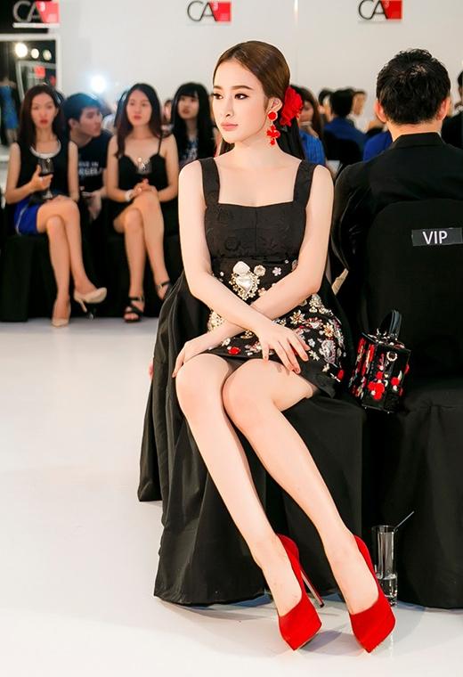 Mặc dù còn gây khá nhiều tranh cãi về việc mẫu thiết kế là thật hay nhái của thương hiệu Dolce and Gabbana nhưng không thể phủ nhận được sự hài hòa, tinh tế trong việc kết hợp phụ kiện, kiểu trang điểm với màu sắc, kiểu dáng của bộ váy mà Agela Phương Trinh diện. Nếu đúng là mẫu thiết kế gốc thì tổng giá trị bộ trang phục của bà mẹ nhí có giá lên đến hơn 500 triệu đồng.