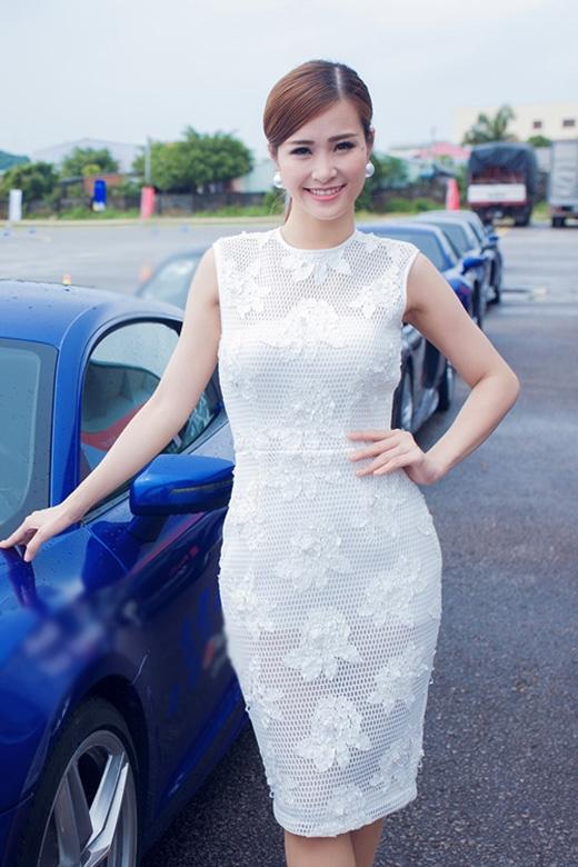 """Đông Nhi cũng chọn sắc trắng tinh khôi khi tham dự sự kiện đua xe tại Phú Quốc. Bộ váy giúp giọng ca """"Bad boy"""" khoe trọn những đường cong hoàn hảo trên cơ thể."""