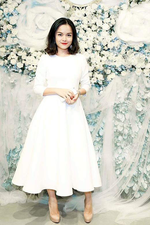 Ca sĩ Phạm Quỳnh Anh nền nã, kín đáo khi diện chiếc váy xòe trắng với kiểu dáng cổ điển.