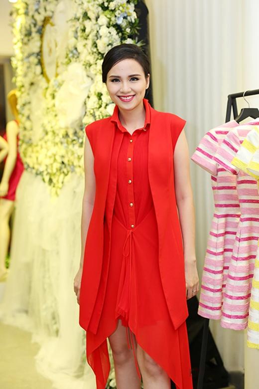 Vẫn với sắc đỏ, HH Diễm Hương lại trở nên trẻ trung, hiện đại và hợp mốt trong thiết kế váy lấy phom từ áo sơ mi truyền thống.