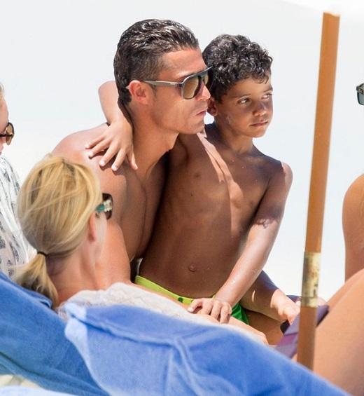 Cristiano Ronaldo và cậu con trai nhỏ đang trong kỳ nghỉ hè ở Bahams. Chuyến đi của hai bố con lần này không có sự góp mặt của bất kỳ người đẹp nào kể từ khi siêu sao Real chia tay siêu mẫu Irina Shayk từ đầu năm. Cầu thủ hay nhất thế giới 2014 gây ấn tượng khi rất chăm chút cho con trai.