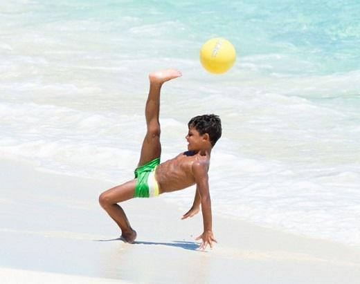 Cậu nhóc 5 tuổi với pha ngả người móc bóng kiểu 'xe đạp chổng ngược' điệu nghệ. Tờ Mirror của Anh cho rằng, con trai Cristiano Ronaldo có thể trở thành một cầu thủ tài năng như bố trong tương lai.