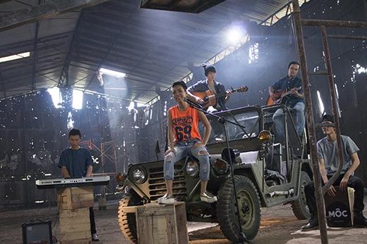 Số đầu tiên của show Mộc, Thảo Trang và ban nhạc phóng khoáng trên chiếc jeep trong nhà kho cũ kĩ thả mình trong âm nhạc