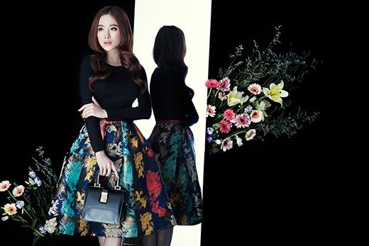 Chân váy xòe chữ A với họa tiết loang màu thời thượng được Angela Phương Trinh chọn phối cùng áo phông tay dài ôm sát.