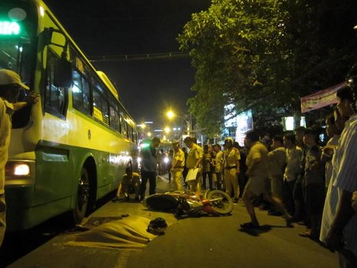 Cảnh sát giao thông có mặt tiến hành khám nghiệm hiện trường vụ tai nạn