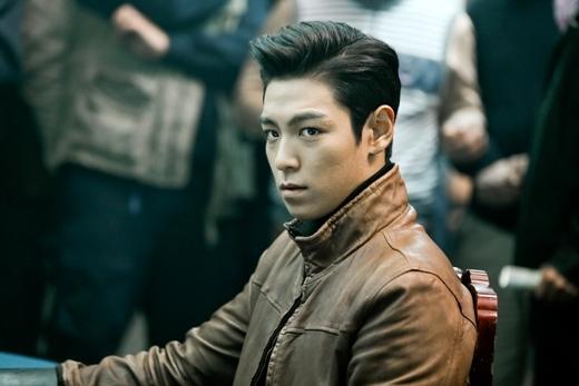 """Có lẽ không cần phải nói nhiều về nhan sắc của T.O.P (Big Bang). Từ lâu, anh đã được xem là một trong những """"vị thánh sống"""" điển trai nhất làng nhạc xứ Hàn."""