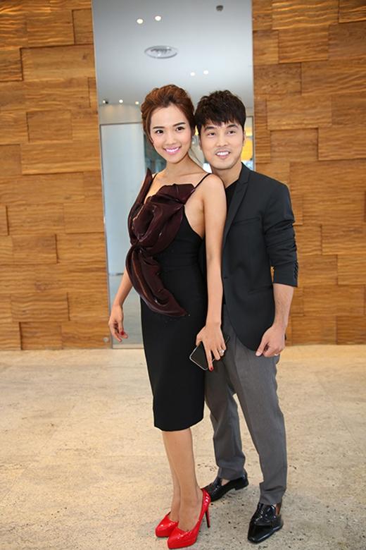 Đôi giày da với sắc đỏ ruby nổi bật lại không liên quan với bộ váy đen gợi cảm mà người mẫu Kim Cương đang diện.