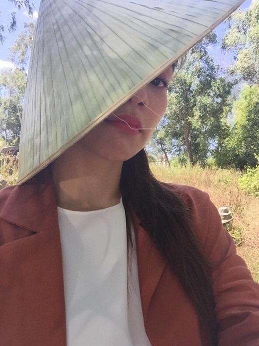 Hồ Ngọc Hà e ấp trong chiếc nón lá khiến nhiều khán giả thích thú. - Tin sao Viet - Tin tuc sao Viet - Scandal sao Viet - Tin tuc cua Sao - Tin cua Sao