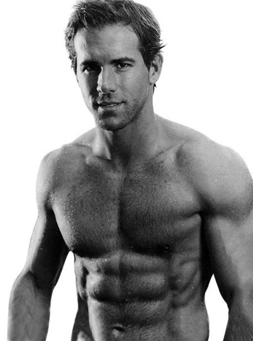 Rất nhiều người phải trầm trồ khi được chiêm ngưỡng thân hình chuẩn 6 múi của nam diễn viên người Canada Ryan Reynolds.