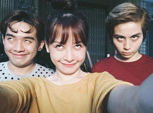 Trong suốt quá trình thực hiện bộ phim Yêu, Chi Pukhông ít lần thức đêm để quay nên giờ đây cả cô, Gil Lê cùng anh chàng Phở Đặc Biệt đều đã trắng dã mắt.