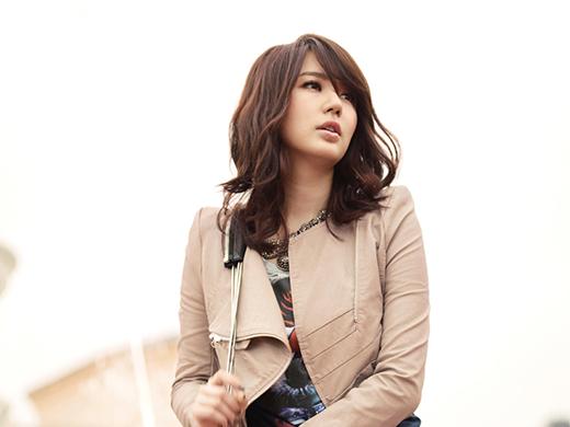 Vào năm 2000, cộng đồng fan Kpop chấn động với sự cố một nam anti-fan đã dùng khẩu súng nước đổ sốt đậu nành, hạt tiêu đỏ và hỗn hợp giấm để bắn vào mắt Yoon Eun Hye.Kết quả là cô phải dùng miếng băng gạc che mắt phải khi biểu diễn trên sân khấu. Khi đó, công ty quản lý đã quyết tâm truy tố thủ phạm đến cùng nhưng Yoon Eun Hye đã khoan dung và nói với cảnh sát rằng cô chỉ bị tổn thương nhẹ. Ngoài ra, Yoon Eun Hye cũng từng là nạn nhân trong những vụ ném trứng và đồ ăn của anti-fan khiến nữ diễn viên ám ảnh một thời gian dài.
