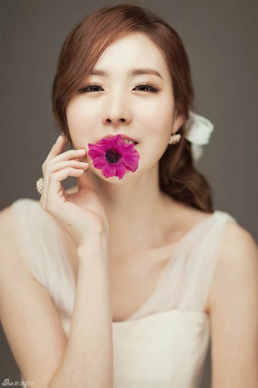 Cũng như Yoon Eun Hye, thành viên của Baby Vox, Kan Mi Yeon từng bị anti-fan đe dọa đến tính mạng. Cô đã phải trình báo cảnh sát khi nhận được bức thư chứa đầy dao lam.