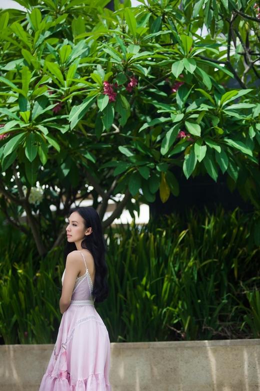 Chiếc váy hở vai ấn tượng giúp nữ MC Huyền Ny trở nên tươi trẻ. - Tin sao Viet - Tin tuc sao Viet - Scandal sao Viet - Tin tuc cua Sao - Tin cua Sao
