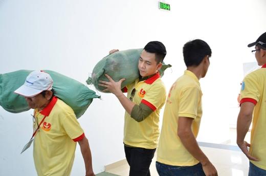 Tiến Dũng phụ giúp các nhân viên trong đoàn cùng khuân vác hàng hóa. - Tin sao Viet - Tin tuc sao Viet - Scandal sao Viet - Tin tuc cua Sao - Tin cua Sao
