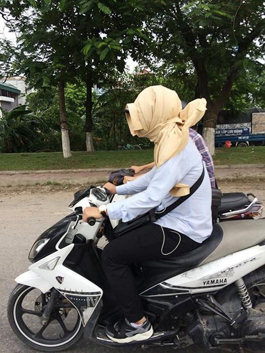 Nắng nóng khiến nhiều người ra đường có cách phòng tránh rất 'độc'. Ảnh: KP
