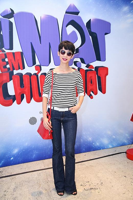 Xuân Lan chọn diện chiếc quần ống loe với chất liệu jeans cùng áo phông tay dài, cổ rộng, họa tiết là những đường kẻ sọc ngang đen, trắng.