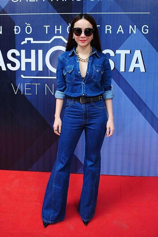 Cả cây jeans denim của Yến Trang lại là một tổng thể hài hòa về sự nam tính trong phong cách và yếu tố nữ tính từ các phụ kiện đi kèm cũng như chiếc áo với đường xẻ ngực sâu gợi cảm.
