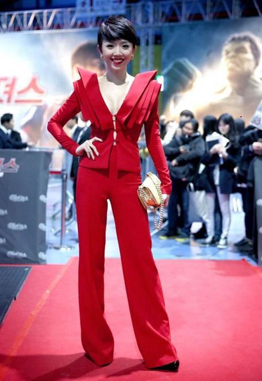 Tóc Tiên cũng từng trải nghiệm với chiếc quần này trên thảm đỏ tại Hàn Quốc. Chiếc áo vest với phom dáng khá độc đáo kết hợp hài hòa với chiếc quần ống loe giúp Tóc Tiên ghi điểm tuyệt đối.