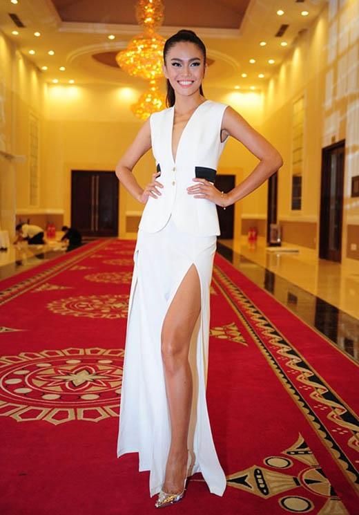 Chiếc quần ống loe của Mâu Thủy lại được xẻ cao tận đùi nhằm tạo ra một hình ảnh mới. Bộ trang phục cũng được đánh giá khá cao.
