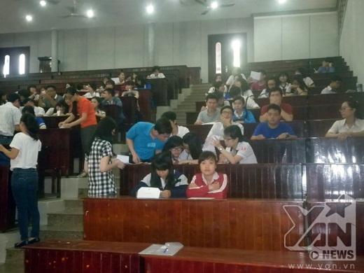 Các thí sinh bắt đầu vào phòng làm các thủ tục dự thi