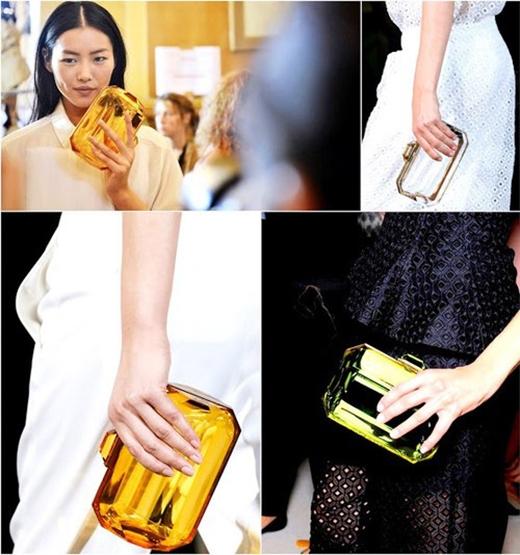 Ngoài ra, nhiều nhà mốt còn kết hợp thêm những chất liệu khác như đinh tán, lông vũ hay tạo màu một phần cho những chiếc túi trong suốt này. Trên thế giới, nhiều thương hiệu đình đám như Louis Vuitton, Chanel, Haiba, Simone Rocha, Alexander McQueen,… cũng từng trình làng những mẫu túi xách độc đáo này trên sàn diễn thời trang.