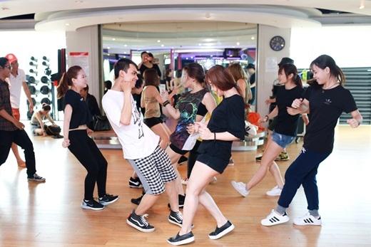 Các thí sinh miệt mài học những động tác vũ đạo để có thêm tự tin trên sân khấu. - Tin sao Viet - Tin tuc sao Viet - Scandal sao Viet - Tin tuc cua Sao - Tin cua Sao