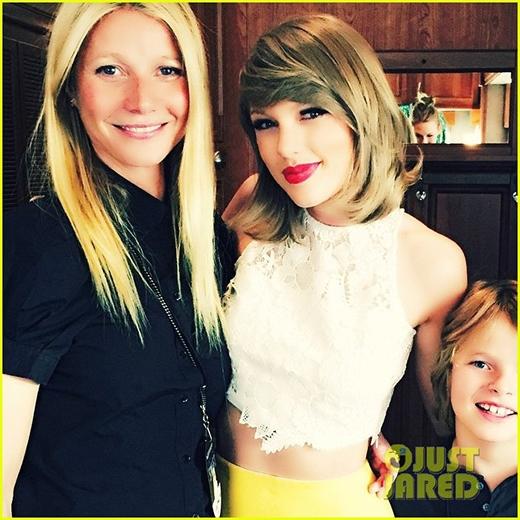 Taylor chụp ảnh cùng nữ diễn viên Gwyneth.