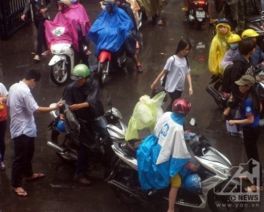 Các thí sinh và phụ huynh phải đội mưa đến trường thi