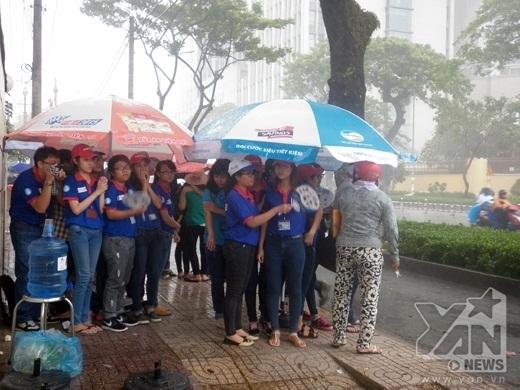 Cơn mưa kéo đến khá bất ngờ khiến các bạn tình nguyện viên vô cùng bối rối