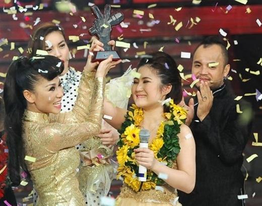 Hình ảnh hai thầy trò thân thiết khi Hương Tràm giành ngôi vị cao nhất cuộc thi The Voice 2012. - Tin sao Viet - Tin tuc sao Viet - Scandal sao Viet - Tin tuc cua Sao - Tin cua Sao