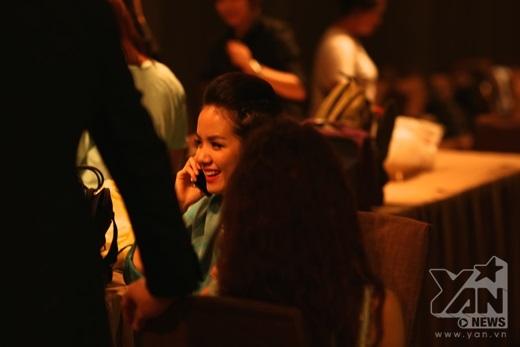 Phương Ly có vẻ vui hơn với sự xuất hiện của 'em dâu' tại phim trường. - Tin sao Viet - Tin tuc sao Viet - Scandal sao Viet - Tin tuc cua Sao - Tin cua Sao