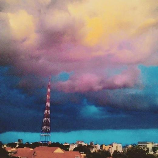Các tầng mây với các màu sắc chủ đạo như xanh - hồng - vàng xen lẫn xếp thành từng tầng tạo nên một hình ảnh vô cùng 'sướng con mắt.' (FB Trần Quốc Hiếu)