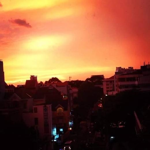 Màu hồng ban đầu giờ đã biến thành màu đỏ pha vàng trông vô cùng ma mị và u ám. (FB Lê Vũ)